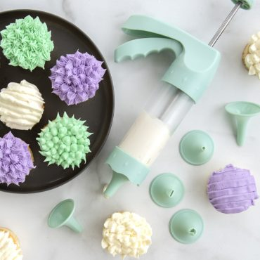 Decorated cupcakes using frosting tips