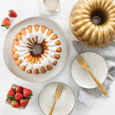 Baked Party Bundt, glazed with pan, strawberries and plates