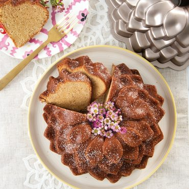 Baked Blossom Bundt powdered, cut with pan with flowers