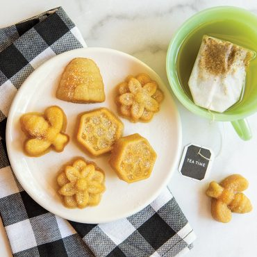 Baked bee cakes with tea